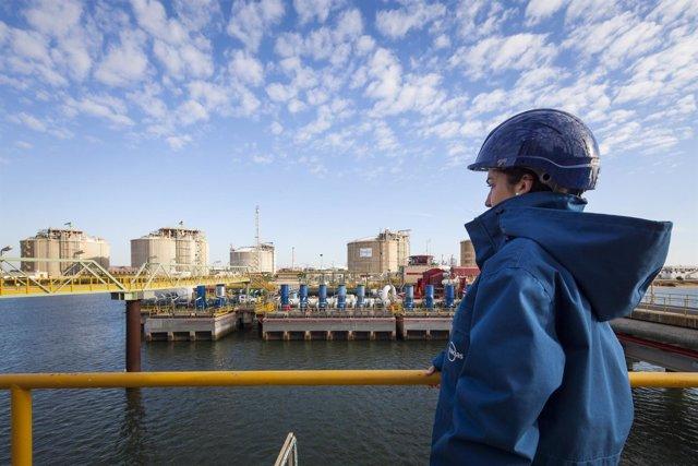 Trabajadora de Enagás en la planta de Huelva.