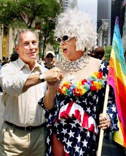 Gilbert Baker con el exalcalde de Nueva York Michale Bloomberg