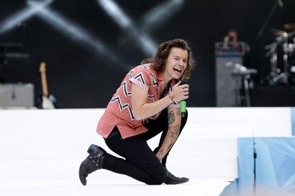 Harry Styles estrena la portada de su primer single en solitario titulado Sign of the Times