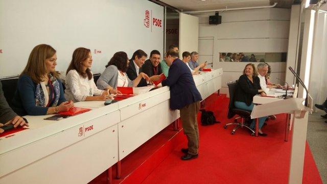 Miquel Iceta regala su libro al presidente de la Gestora en el Comité Federal