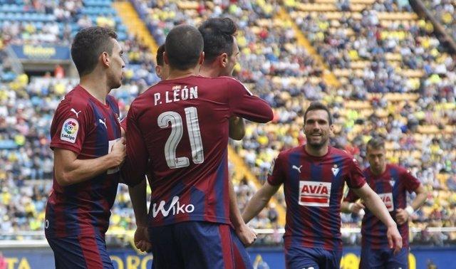 El Eibar remonta con polémica al Villarreal y sueña con Europa