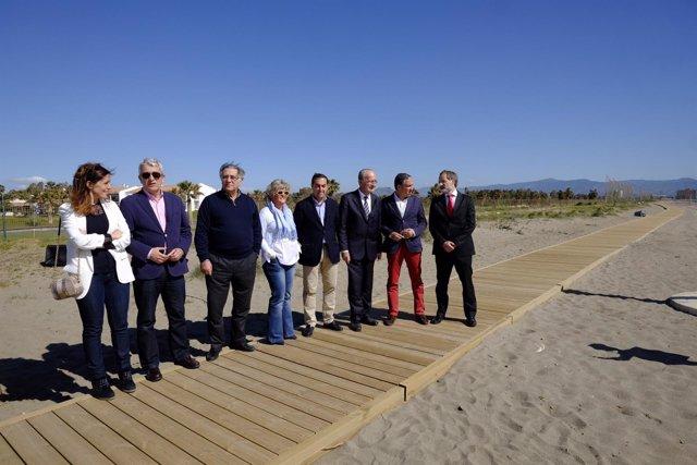 DE la Torre, Bendodo, Biones en la pasarela en la playa del Campo de Golf