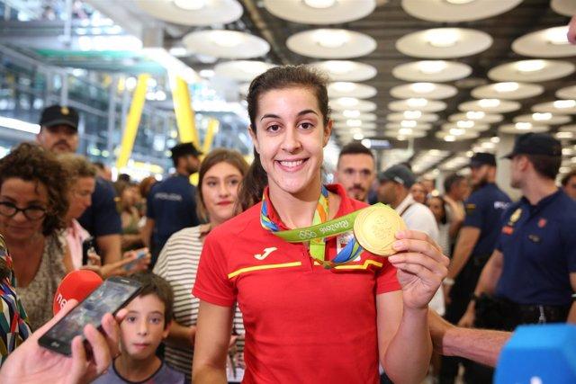 Carolina Marín muestra su medalla a su llegada a España desde Río de Janeiro