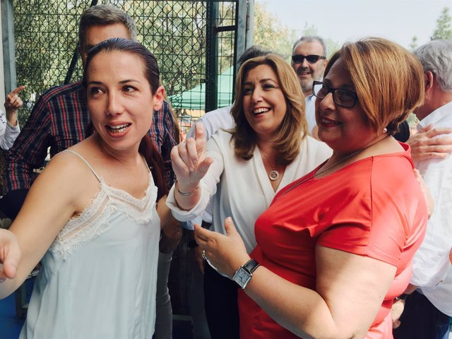 Susana Díaz en el centro. A su izquierda Patricia Hernández