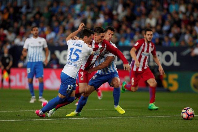 Fernando Torres en una acción del Málaga-Atlético 2017