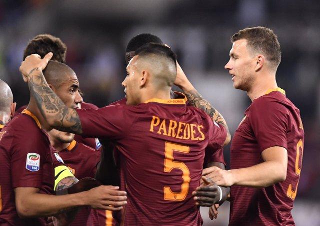 Jugadores de la Roma celebran el triunfo contra el Empoli
