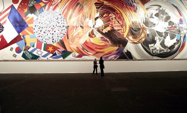 Varios visitantes observan la obra de James Rosenquist.