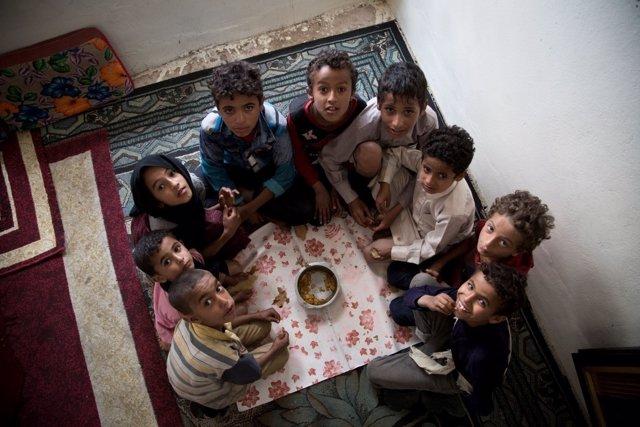 Niños Comparten Una Comida En Yemen