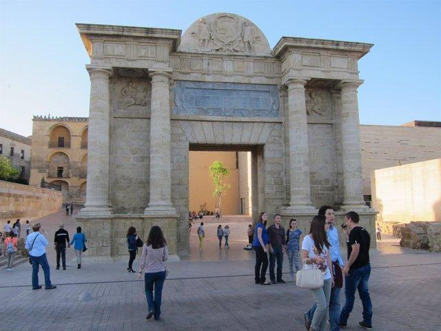 Turistas ante la Puerta del Puente