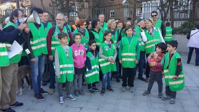 Carmena con miembros de la patrulla vecinal de limpieza de Alameda de Osuna