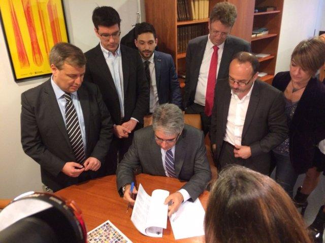 Francesc Homs, leyendo la sentencia del Supremo con sus diputados