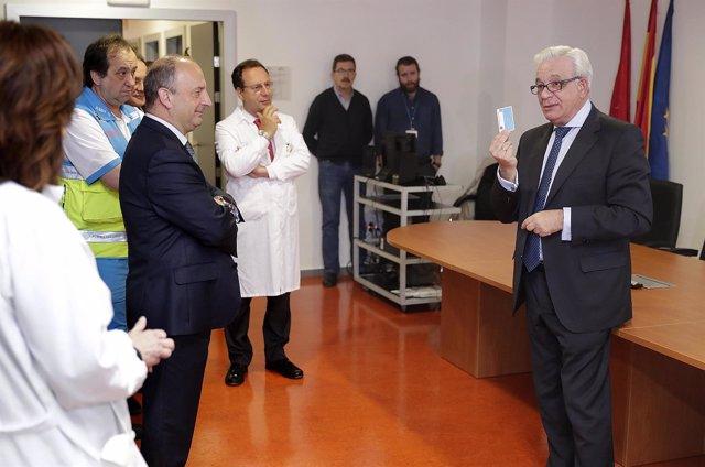 Sánchez Martos durante su visita al Hospital Puerta del Hierro