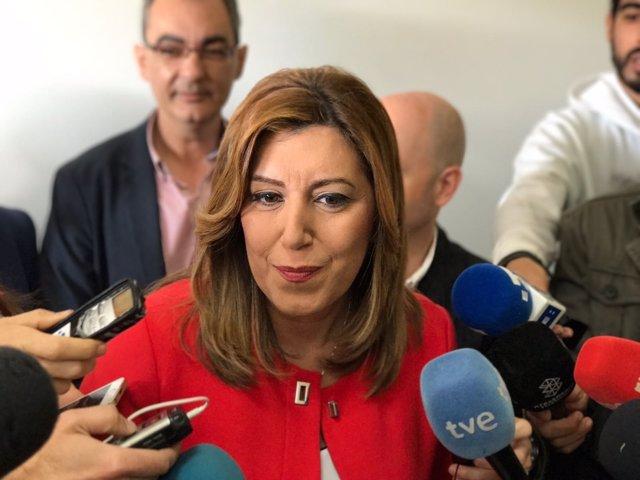 Susana Díaz atiende a los medios durante una visita a Brenes (Sevilla)