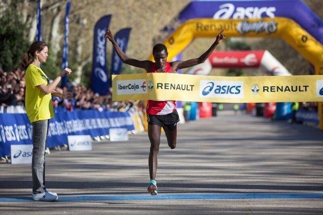 Moses Kibet cruza la meta del Renault Medio Maratón de Madrid