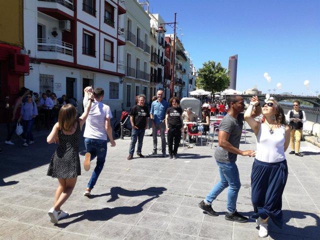 Actividad organizada en la calle Betis por la plataforma 'Triana te quiere'
