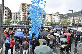 """Una suelta de 1.000 globos reclama en Bilbao una """"sociedad accesible"""" para los afectados por autismo"""