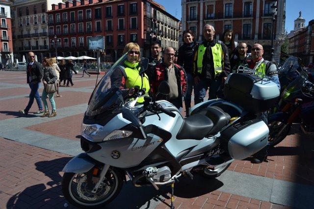 Valladolid. Asistentes a la concentración para pedir quitamiedos más seguros