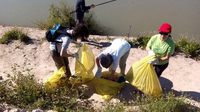 La iniciativa reúne a los voluntarios bajo el lema 'Manos al río'