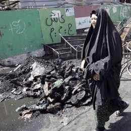 Recurso atentado bomba Irak, Bagdad, mujer camina