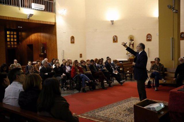 El doctor ha ofrecido una conferencia en el colegio-parroquia Santiago Apóstol
