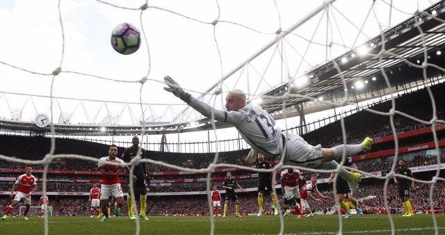Willy Caballero encaja un gol contra el Arsenal