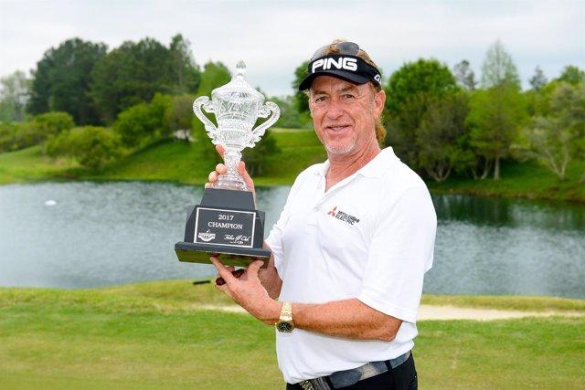 Miguel Ángel Jiménez con el trofeo de ganador