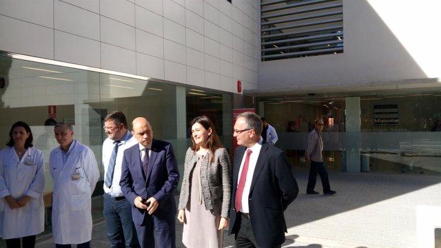 Carmen Montón, segunda por la derecha, y Gabriel Echávarri a su derecha