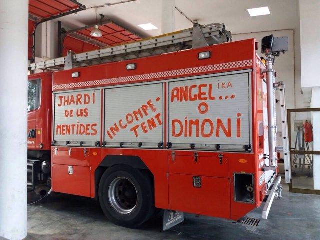 Pintadas en un camión de bomberos de Palma