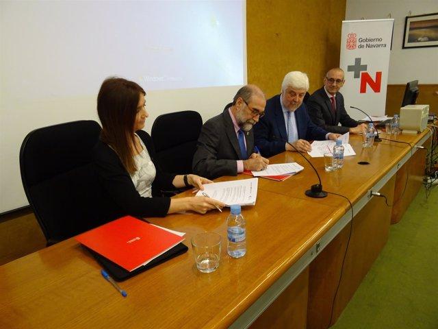Álvarez, el consejero Domínguez e Iñiguez firman el convenio