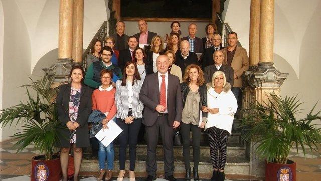 Antonio Ruiz (centro) junto a representates de asociaciones y colectivos