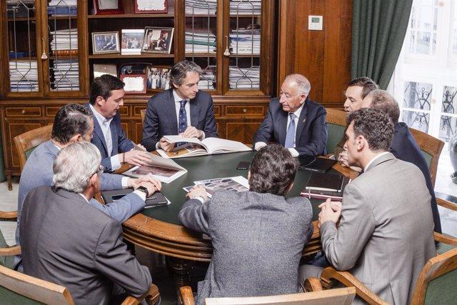 El ministro De la Serna en una reunión de trabajo en el Palacio Provincial.
