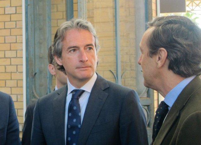 El ministro de Fomento, Íñigo de la Serna, charla con Rafael Hernando (PP)