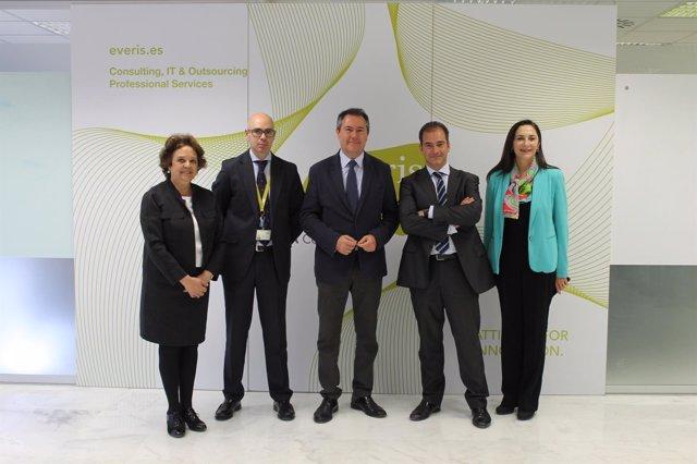 El alcalde de Sevilla, Juan Espadas, visita las instalaciones de Everis