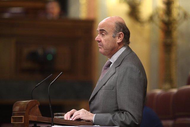 El ministro Luis de Guindos en el pleno en el Congreso