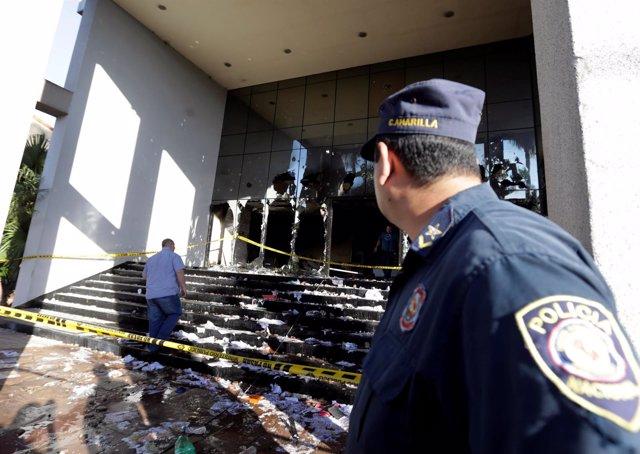 Un policía paraguayo junto al Congreso, donde han tenido lugar los disturbios.