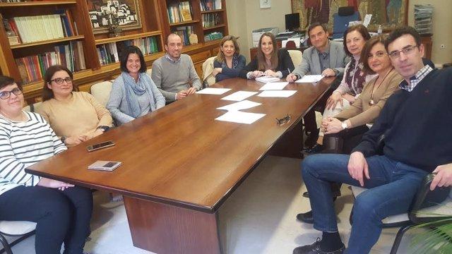 Ruiz (centro) durante el encuentro con responsables del CEIP Noreña