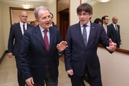 El presidente Carles Puigdemont con el exprimer ministro italiano, Romano Prodi