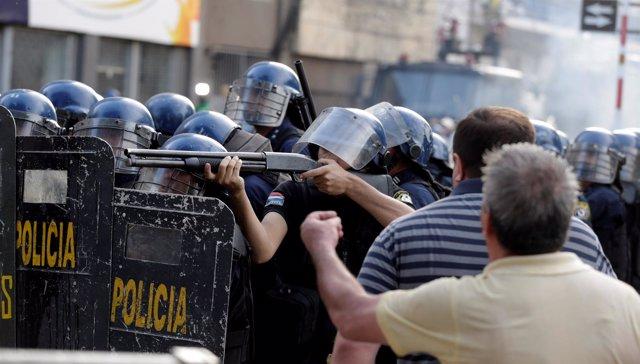 Policías durante una manifestacion en Asunción