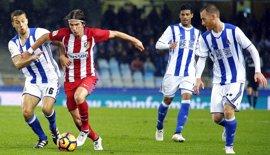 El Atlético quiere descolgar a la Real y llegar al alza al derbi