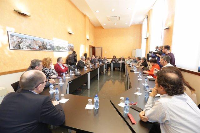 La alcaldesa de L'Hospitalet, portavoces de los grupos municipales y entidades