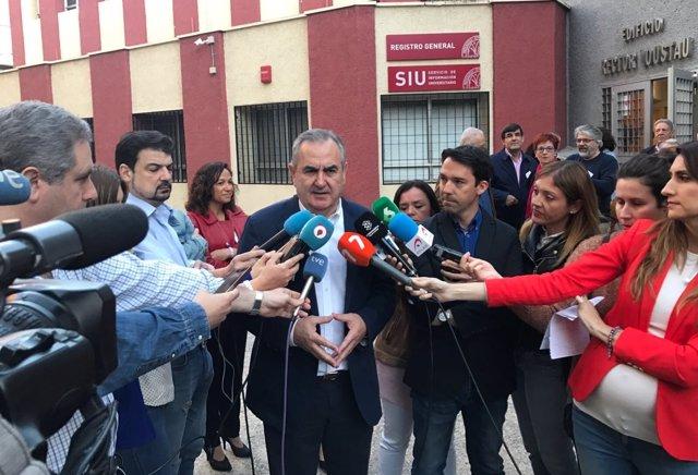 González Tovar atiende a los medios
