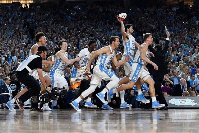 Los jugadores de Carolina del Norte celebran el triunfo