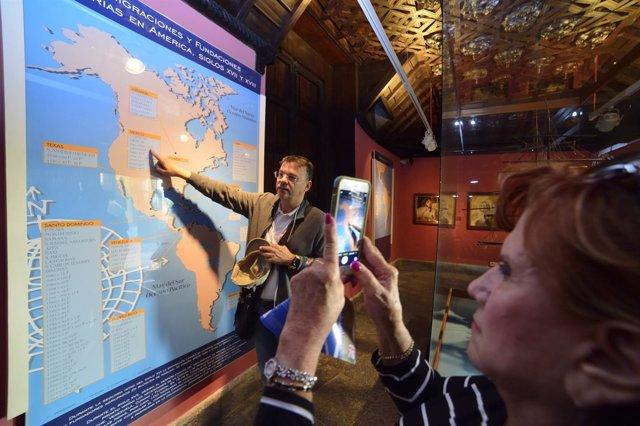 Turistas en un museo de Las Palmas de Gran Canaria