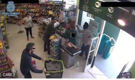 Detenido por atracar una tienda en Mérida armado con una daga mientras sus hijos esperaban en el coche