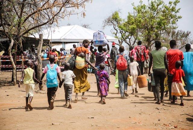 Refugiados sursudaneses llegan al campo de Imvepi en Uganda