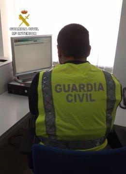 Agente frente ordenador