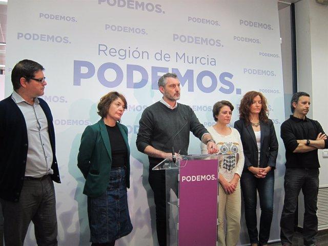 Óscar Urralburu, En El Centro, Durante La Rueda De Prensa