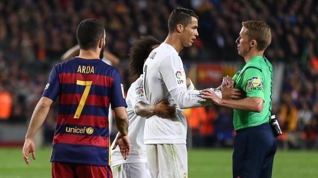 Hernández Hernández habla con Cristiano Ronaldo en el Clásico
