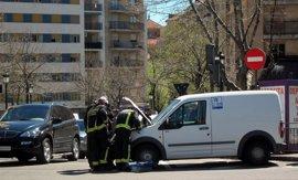 Una furgoneta embiste y hace volcar a un vehículo de la Policía Local en Salamanca