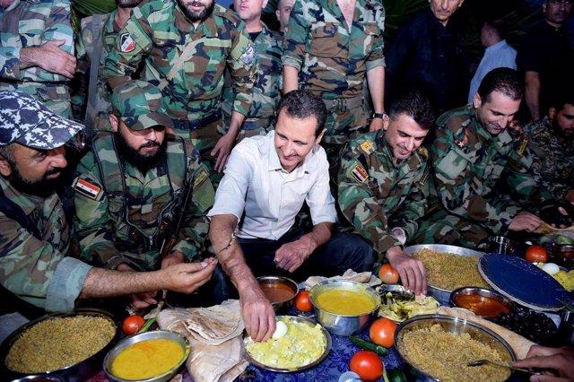 El presidente de Siria, Bashar al Assad, visita a las tropas